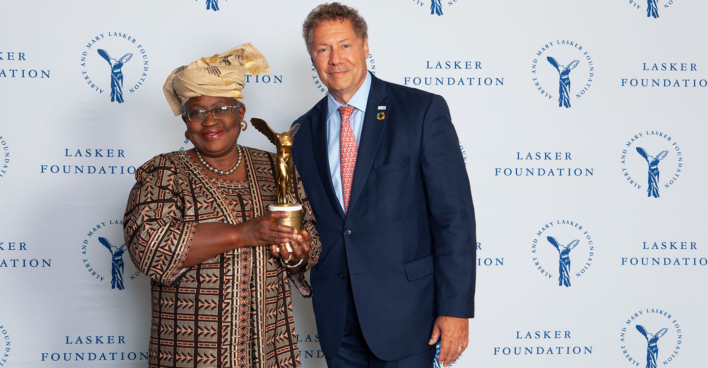 Credit: Ellen Jaffe/2019_Ngozi Okonjo-Iweala, Gavi Board Chair and Seth Berkley, Gavi CEO, receiving the 2019 Lasker~Bloomberg Award.