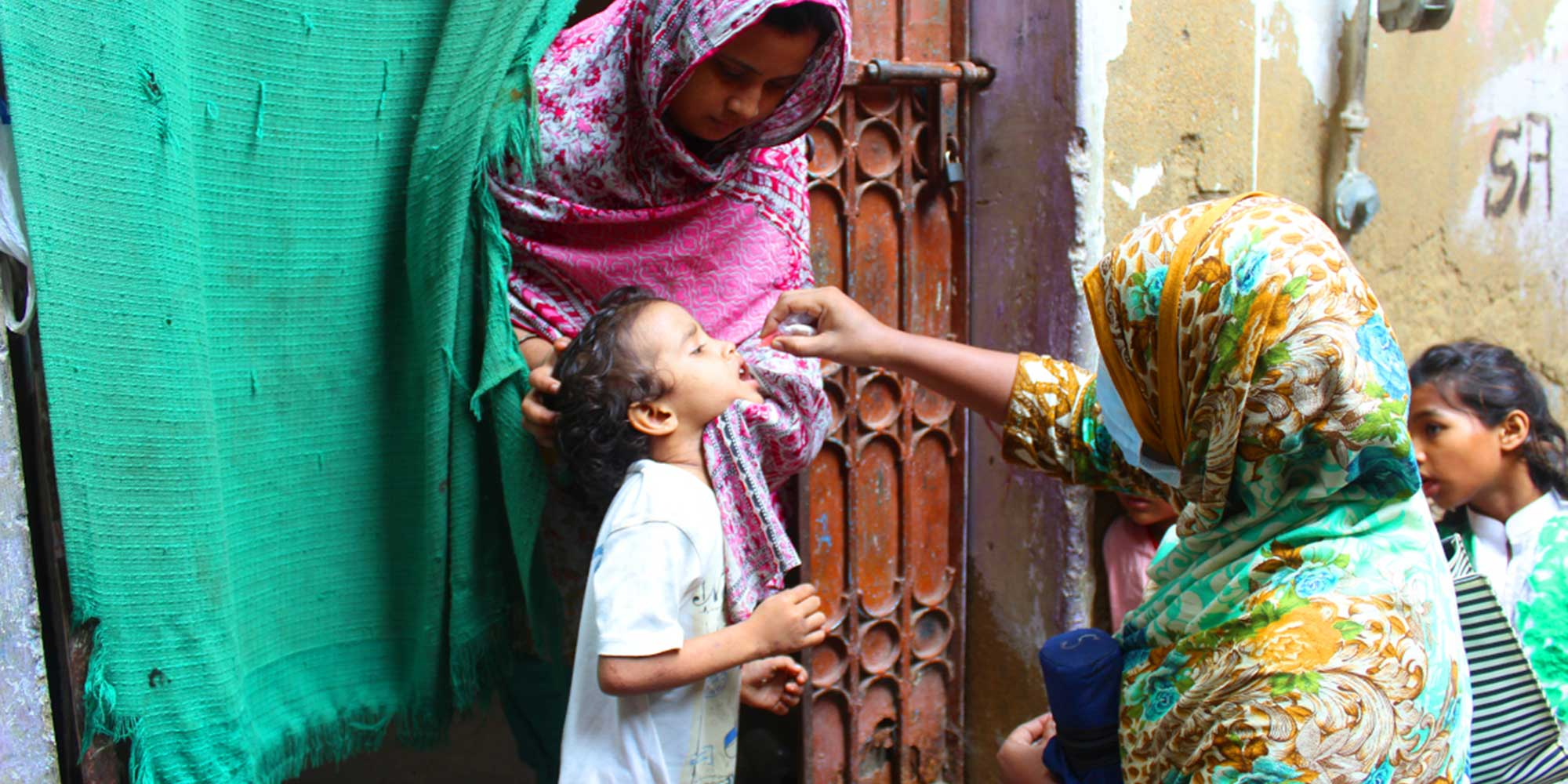 Health worker Saira Faisal vaccinates a child against polio in Saddar town, Karachi, in August 2020. ©UNICEF/Pakistan