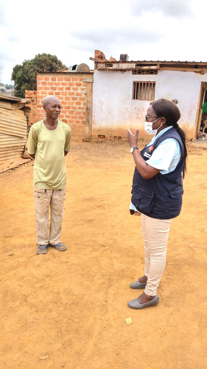 Dr. De Sousa speaks to a community member in Angola. ©Alda De Sousa